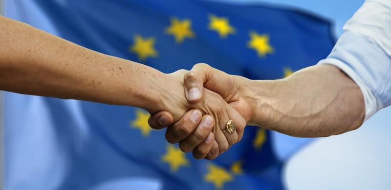 """Più di 8 italiani su 10 sostengono che l'Europa non supporti sufficientemente l'Italia: a partire da dati come questi possiamo porci delle domande, cercare delle risposte e solo alla fine cambiare la situazione che non ci soddisfa. Per concludere con le parole di Mahatma Gandhi: """"Sii il cambiamento che vuoi vedere nel mondo""""."""