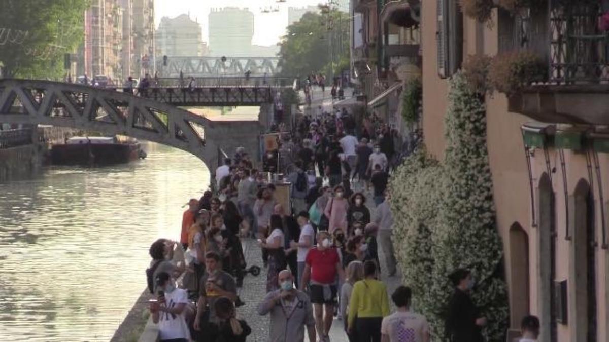 Persone durante la fase 2 sui Naviglia a Milano